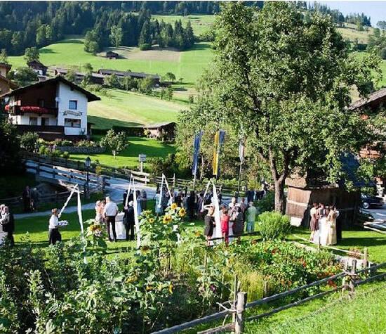 """Foto: Landschaft mit Blick auf das """"Bergbauermuseum"""""""