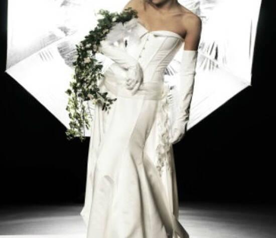 Beispiel: Hochzeitsmode, Foto: Beran BrautCouture.