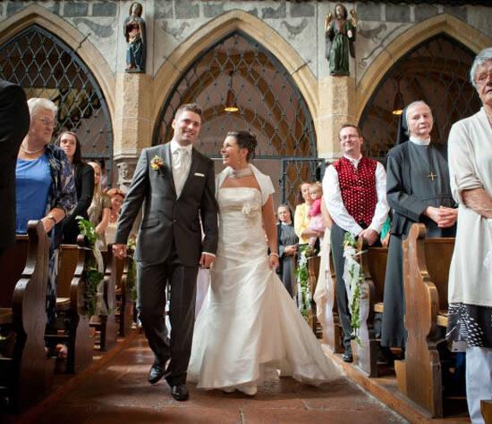 Beispiel: Kirchliche Trauung, Foto: Hochzeitsfotografie Neuhofer.